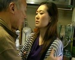 祖父のチンポをしゃぶる四十路妻 東条美菜