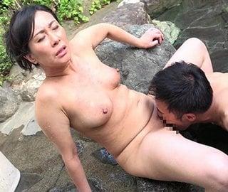 温泉で息子にクンニされる四十路熟女
